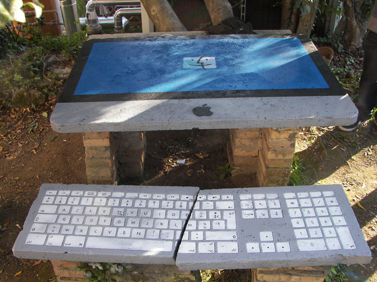 tavolo mac con panchina rotta
