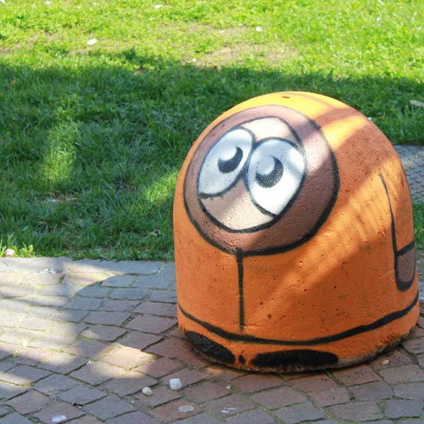 Kenny, from Southpark painted on urban furniture. Street art by Pao